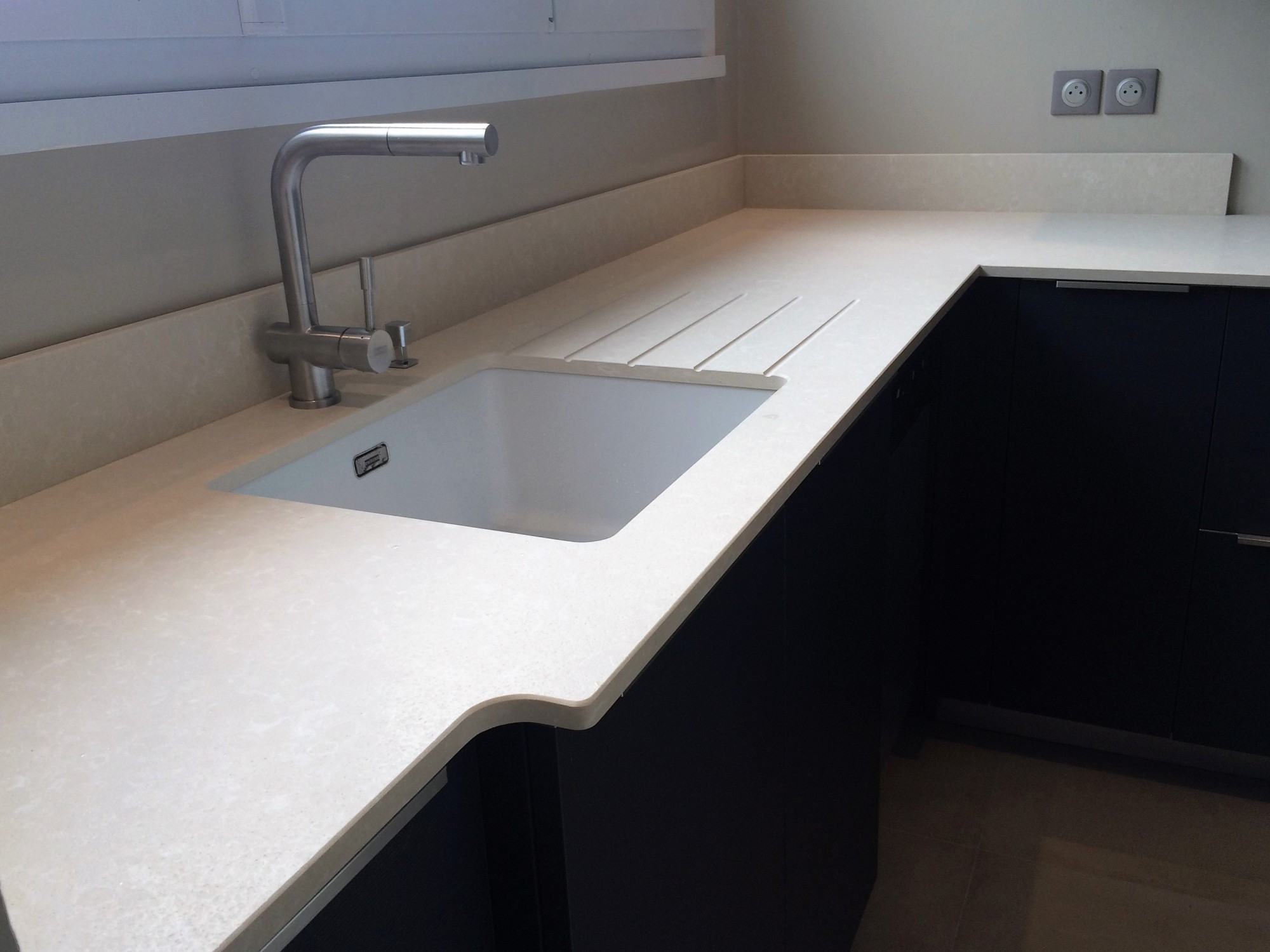 Rainurage d 39 evier de cuisine en granit quartz dekton en for Decoupe de plan de travail