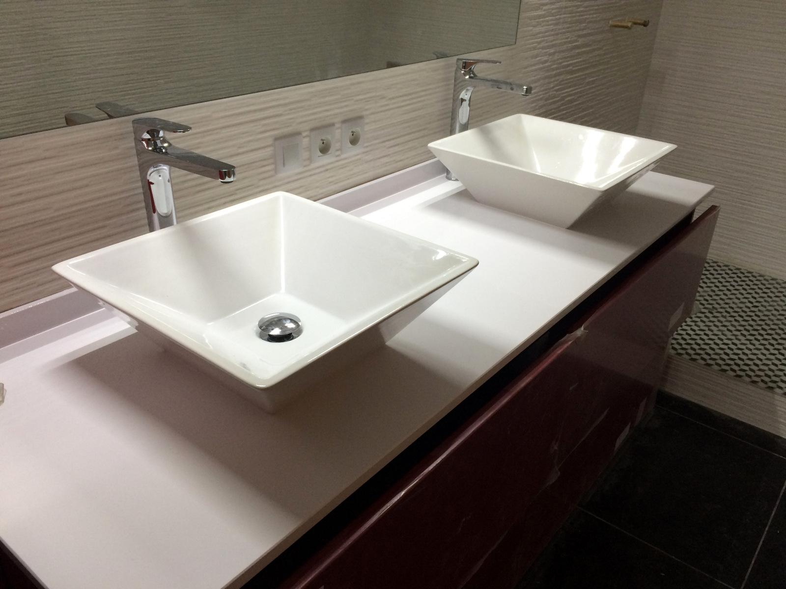 plan de travail salle de bain en quartz ou granit à bordeaux