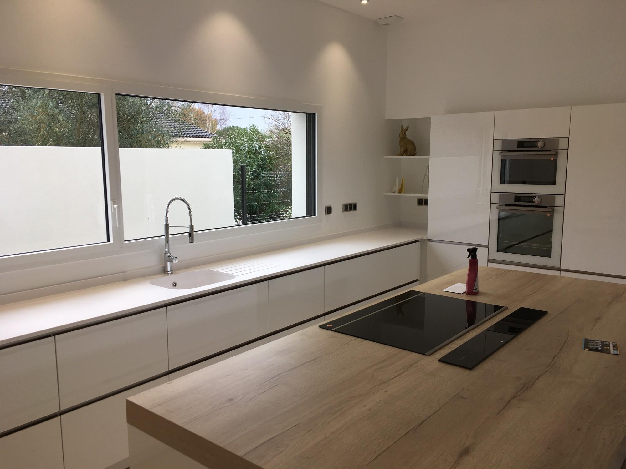 Mélange du bois et du quartz blanc dans une cuisine à Bordeaux 33