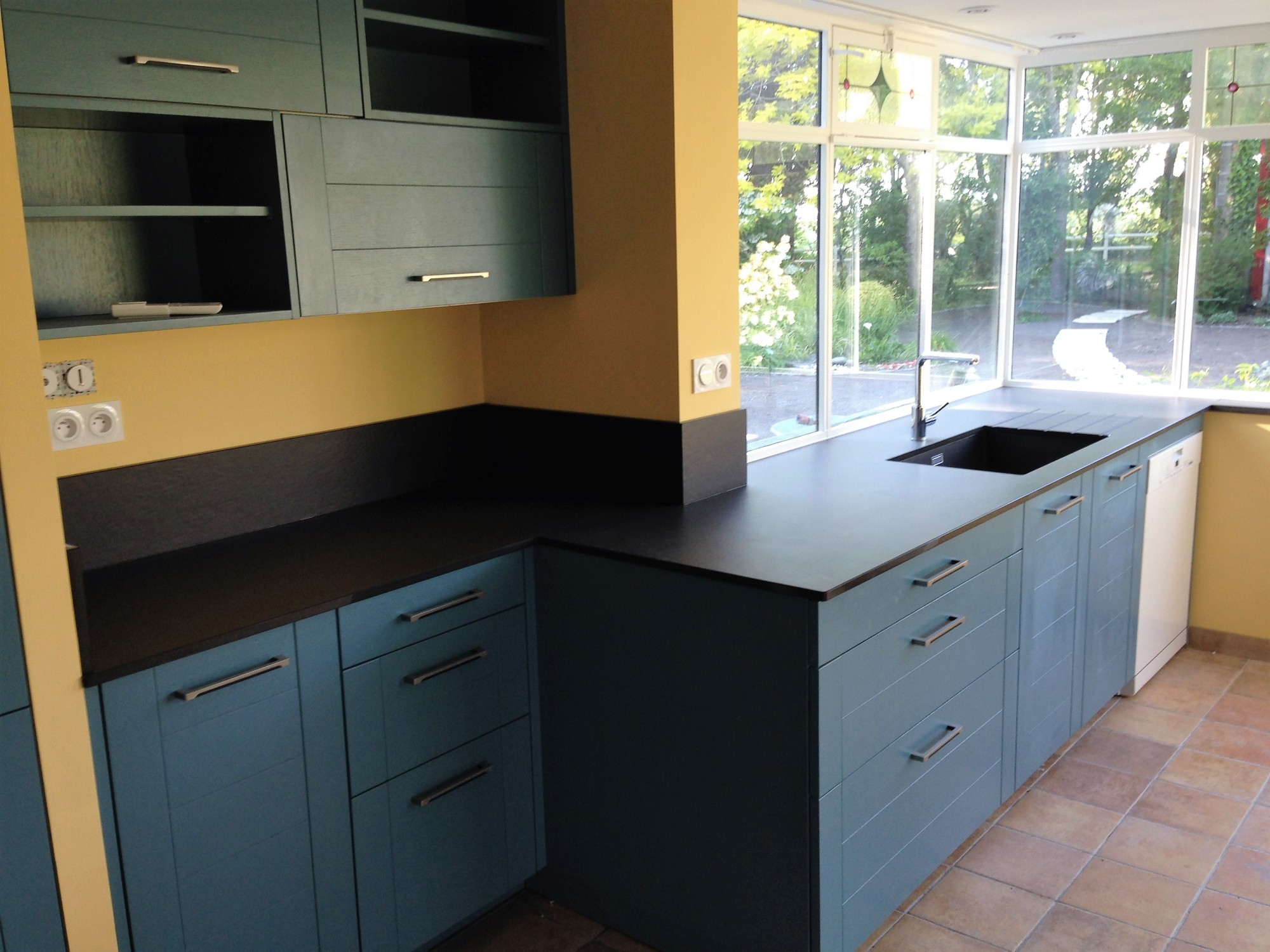 Mettre un plan de travail en pierre foncé dans une cuisine à Pessac 33