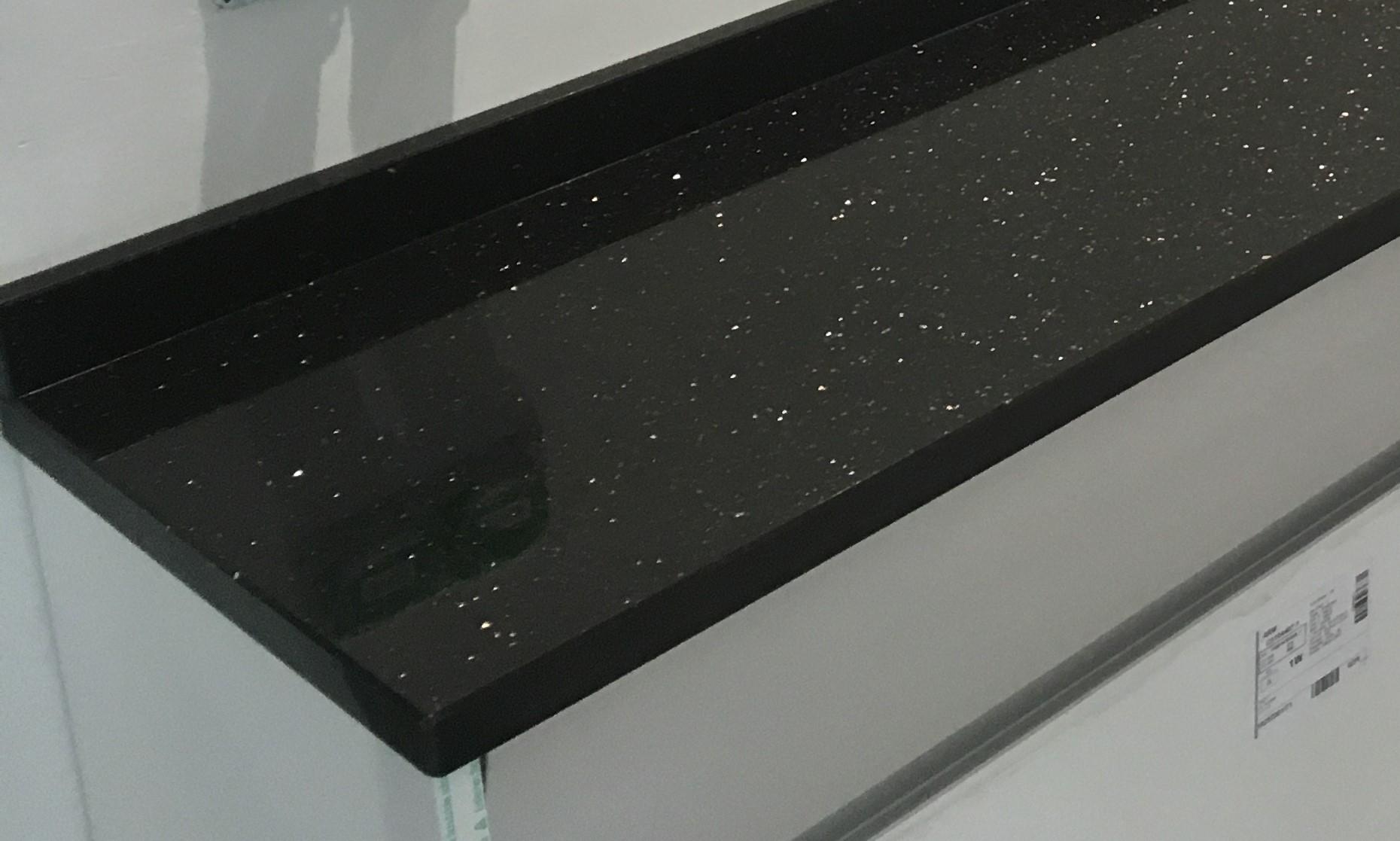 installation de plans de travail en granit noir galaxie. Black Bedroom Furniture Sets. Home Design Ideas