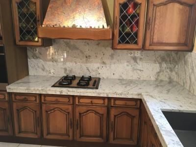 Choisir un granit pour une cuisine rustique en gironde 33