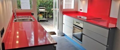 cuisine avec plan de travail rouge dans le 33