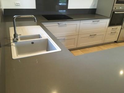 cuisine en U avec plan de travail en quartz gris dans le sud ouest